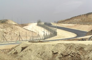 Afscheidingshek ten zuiden van Hebron (bron: http://commons.wikimedia.org/wiki/File:West_Bank_Fence_South_Hebron.JPG)