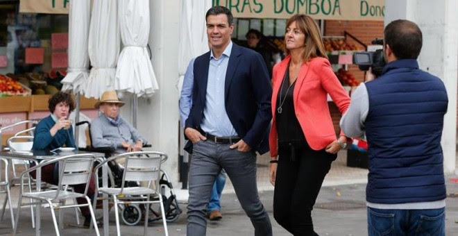 El secretario general del PSOE, Pedro Sánchez (i), junto a la candidata socialista a lehendakari, Idoia Mendia (d),poco antes del acto electoral de la campaña vasca celebrado San Sebastián la semana pasada. EFE/ Juan Herrero.