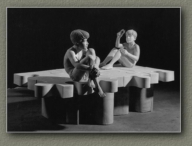 LE PUZZLE ou Les Gémeaux ('1989) Terre blanche de grès et faïence biscuitée. Version posée ou suspendue.  (160*90*50 cm)