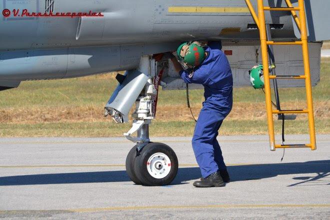 """Οι """"Δυνάμεις Υποστήριξης"""" της Πολεμικής μας Αεροπορίας και χαίρουν τον θαυμασμό και την υποστήριξη όλων μας, κάπου εκεί στην πίστα, νωρίς το χάραμα ή αργά τα μεσάνυχτα με ζέστη, με κρύο και βροχή..."""