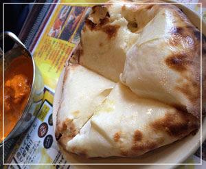 津田沼「RAJA」にて、ミニチーズナン。びっくり分量のチーズが詰まってました。