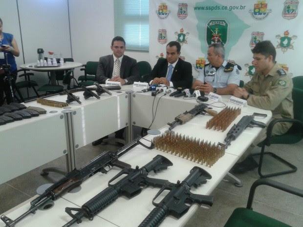 """Entre as armas apreendidas estão duas AK-47: """"armamento de guerra"""" (Foto: André Alencar/TV Verdes Mares)"""