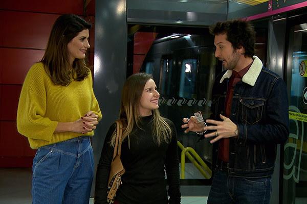 Isabella e Arlindo Grund abordam participante do Esquadrão da Moda