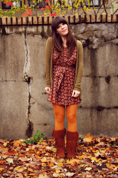 Brown-minnetonka-moccasins-boots-burnt-orange-modcloth-dress_400