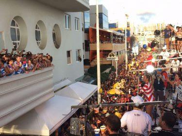 Ivete Sangalo agitando o penúltimo dia de Carnaval, no circuito Barra-Ondina, em Salvador