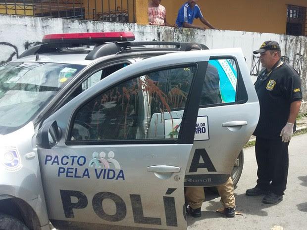 Carro no qual cabo da Polícia Militar foi alvejado passou por perícia neste domingo (Foto: Danielle Fonseca / TV Globo)