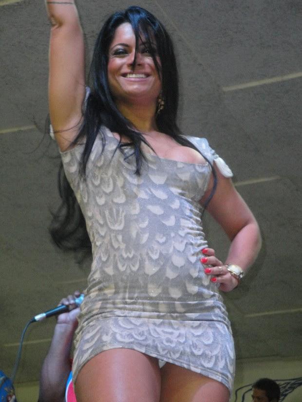 Dani Sperle mostra calcinha em noite de samba (Foto: CO Assessoria)
