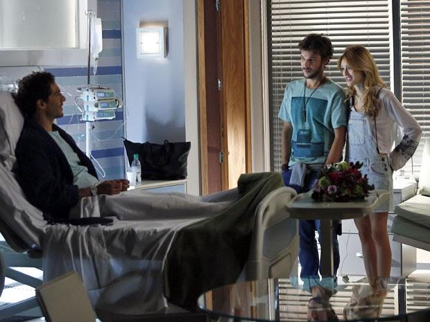 Pedro e Júlia conhecem o jovem no hospital (Foto: Raphael Dias/Gshow)
