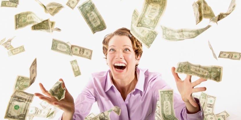 mujer eufórica por tener dinero