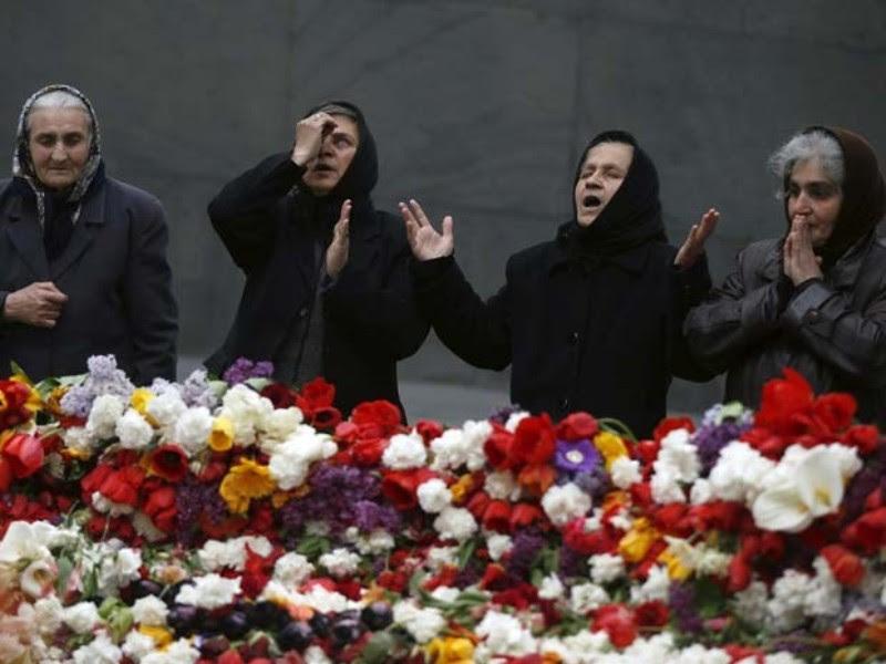 Foto: Reuters/David Mdzinarishvili - Mulheres arménias rezam junto de memorial das vítimas do massacre ocorrido durante a Primeira Guerra Mundial