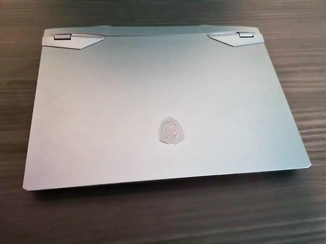 El portátil para juegos MSI GE66 Raider 10SGS (vista de la tapa de la pantalla)