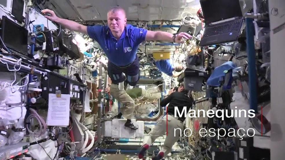 Astronautas ficaram 'congelados' para reproduzir o desafio do manequim no espaço (Foto: Divulgação)