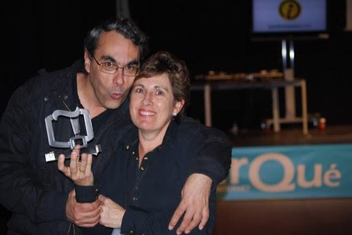 Antonio y M Carmen, con el premio a @blogpocket