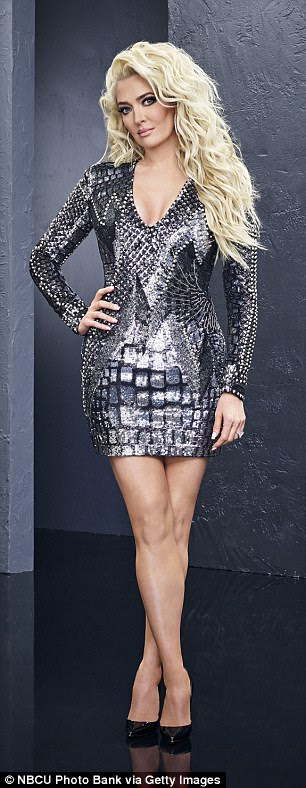 46E4084400000578 5138239 Shiny_Teddi_Mellencamp_Arroyave_36_wore_a_fitted_sequin_gown_and a 6_1512188610704