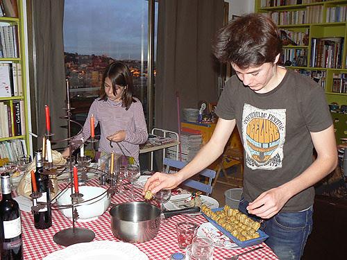 paul et Zoé préparent la table.jpg