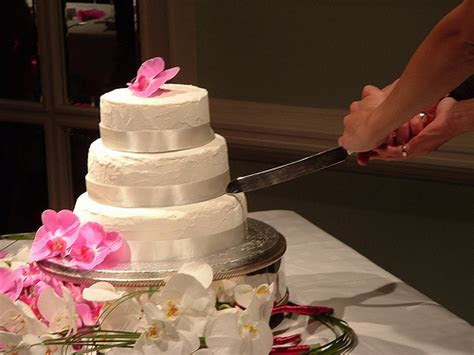 How To Cut Wedding Cake