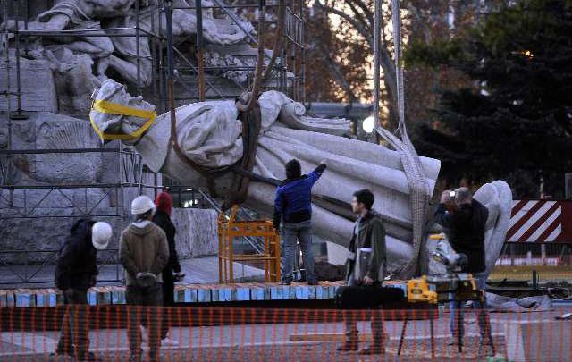 Pese a prohibición de la Justicia sacaron estatua de Colón