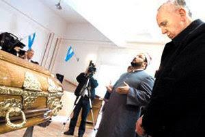 Francisco, Jorge Bergolio, se detuvo a orar frente al ataúd de un musulmán muerto