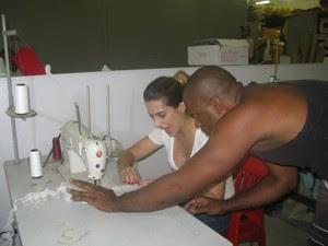 A atriz aprende a costurar detalhes de uma fantasia (Foto: Alba Valéria Mendonça/ G1)