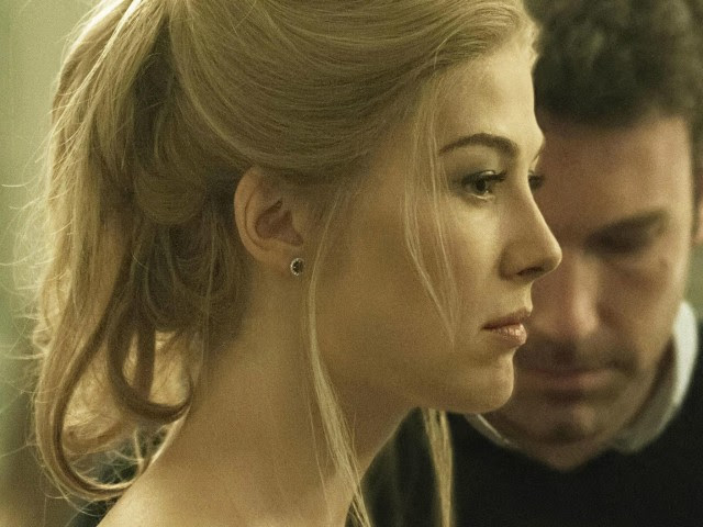 Rosamund Pike/Amy (35 anni) in primo piano e il marito Ben Affleck/Nick (42) sullo sfondo in L'amore bugiardo - Gone Girl (2014) di David Fincher