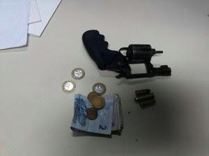 Revólver calibre 38 foi apreendido com menores suspeitos (Foto: Gil Oliveira/G1)