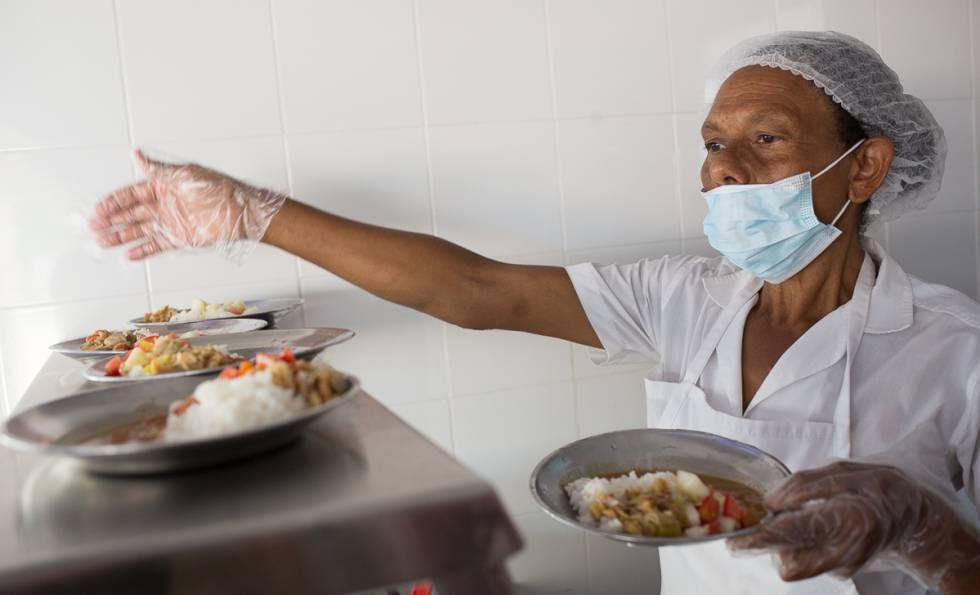 Una voluntaria prepara las raciones del comedor en una escuela de Monte Plata (República Dominicana).
