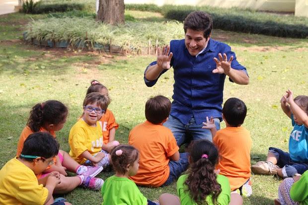 Daniel com crianças da APAE (Foto: Marcio Bertolone / Divulgação)