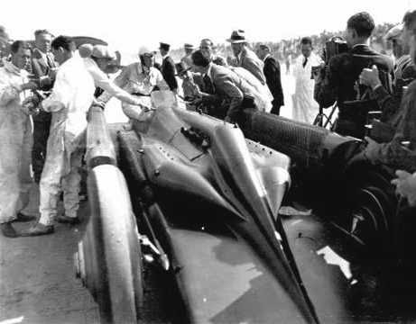"""Major Henry Segrave with the Napier Lion aero engined """"Golden Arrow"""" set the record of 231.567 mph at Daytona Beach on 11th March 1929"""