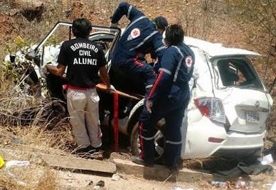 Equipe do Samu tenta resgatar vítima presa as ferragens