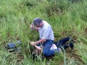 Após colisão, homem consegue derrubar a mulher e desfere diversos golpes de faca Foto: Reprodução