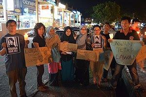 Anak-anak muda (bertudung labuh, mungkin pelajar IPT) mensyirikkan ALLAH dalam candlelight vigil. Usah pakaian dan rupa zahir sahaja yang Islamik, tapi imannya lebur.ht vigil.