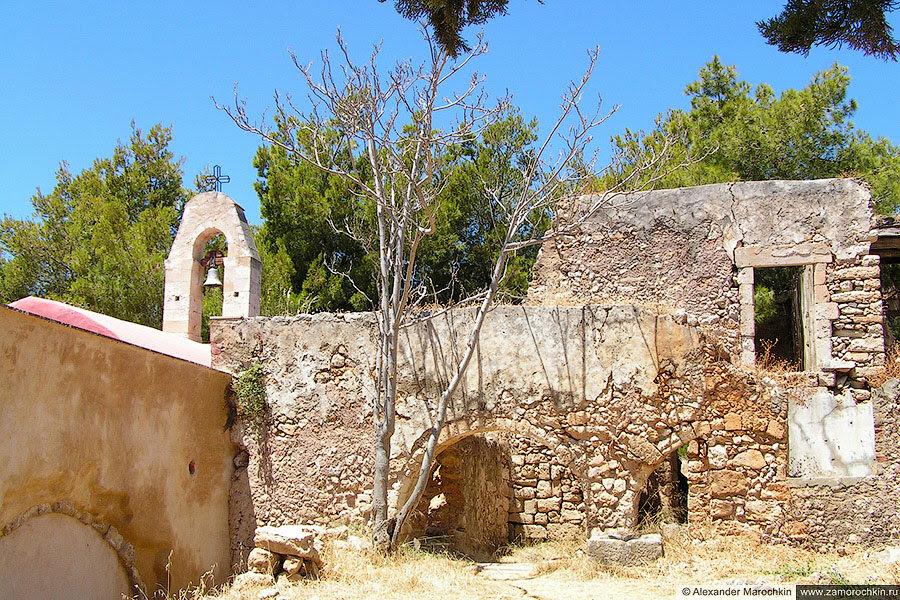 Развалины внутри крепости в Ретимно
