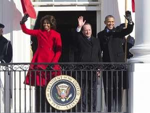 O presidente dos Estados Unidos, Barack Obama, e sua esposa, Michelle, receberam o presidente francês em uma cerimônia na Casa Branca  Foto: AP
