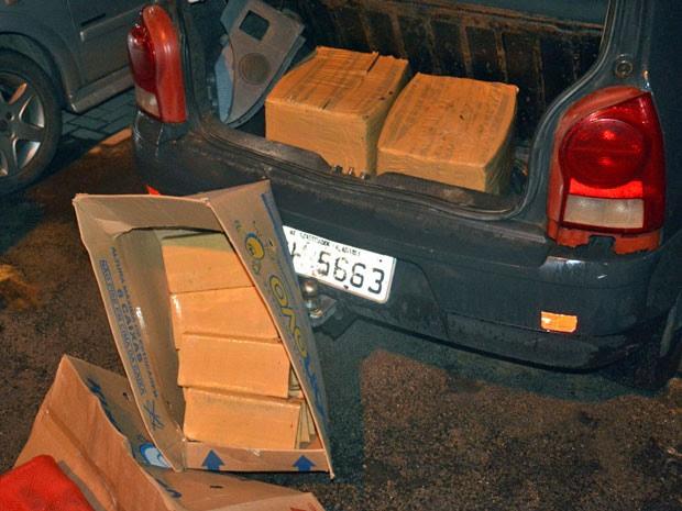 Droga foi encontrada no porta-malas de dois veículos que estavam sob a guarda do suspeito, por volta das 18h de segunda-feira (20), nas proximidades da estação de metrô do Barro, na Zona Oeste do Recife (Foto: Divulgação / PF)
