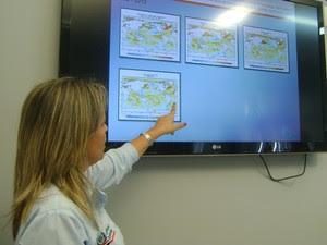 Meteorologista Marle Bandeira aponta estudo climático da Aesa (Foto: Taiguara Rangel/G1)