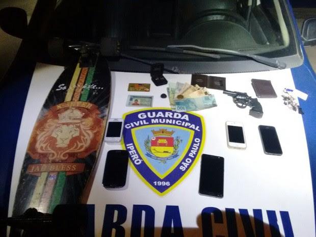 Vítimas reconheceram os objetos apreendidos  (Foto: GCM/Iperó)