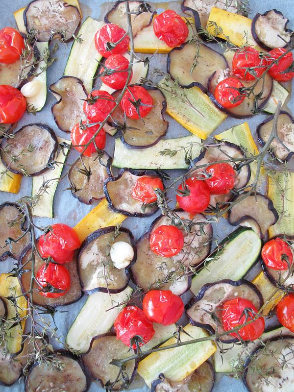 Verdure estive al forno con timo e olio aromatizzato all'aglio