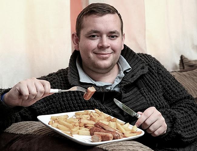 Daniel Pennock vive momentos de ansiedad si no come salchipapas y por eso su dieta diaria incluye al menos dos veces al día un poco de esta combinación.   Daily Mail
