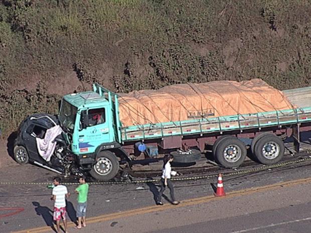 Os dois veículos bateram de frente na BR-040 (Foto: Reprodução/TV Globo)