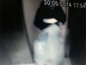 Suspeito levou saco e mala no elevador (Foto: Reprodução/TV Globo)