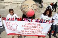 Una botarga de Calderón, durante la protesta frente a Bellas Artes. Foto: Benjamín Flores.