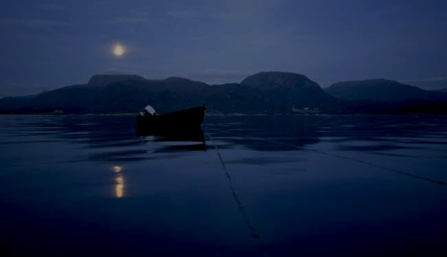 wooden_boat_on_calm_sea_at_night_22gpt0025rf