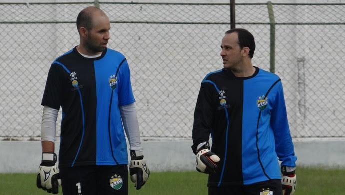 Goleiros Rodrigão e Batista, do Coruripe (Foto: Leonardo Freire/GloboEsporte.com)