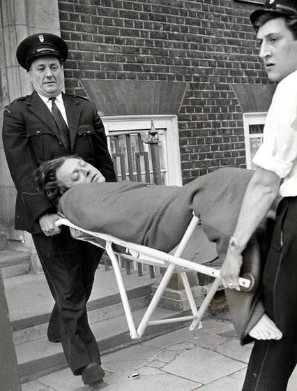 Stephen Ward inconsciente después de su intento de suicidio.  Murió a los pocos días.
