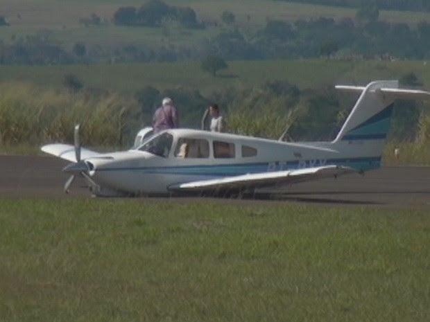 Piloto e passageiro deixam aeronave após pouso forçado (Foto: Imagens cedidas / TV Marília)