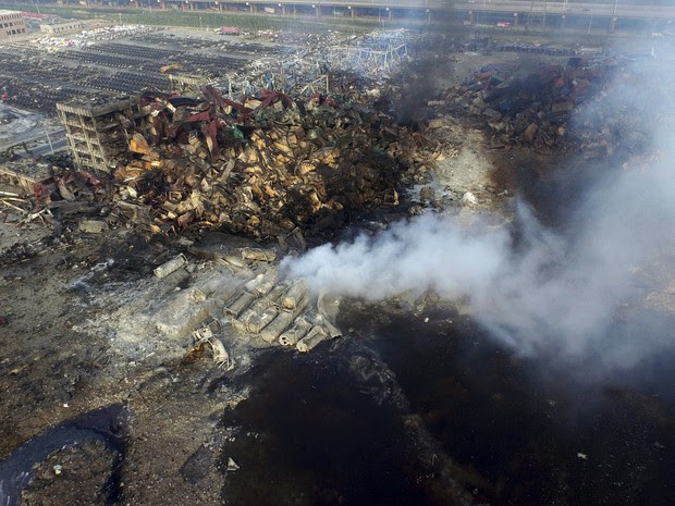 Vista aérea que mostra fumaça saindo dos contêineres após a explosão no distrito de Tianjin, nordeste da China (Foto: Reuters/Stringer)