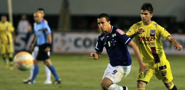 Leandro Damião tentou balançar a rede de Juan Robles, mas não conseguiu acertar o alvo