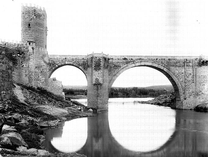 Puente de Alcántara hacia 1900. Fotografía de Eugène Lefèvre-Pontalis. Société Française d'Archéologie et Ministère de la Culture (France), Médiathèque de l'architecture et du patrimoine (archives photographiques) diffusion RMN