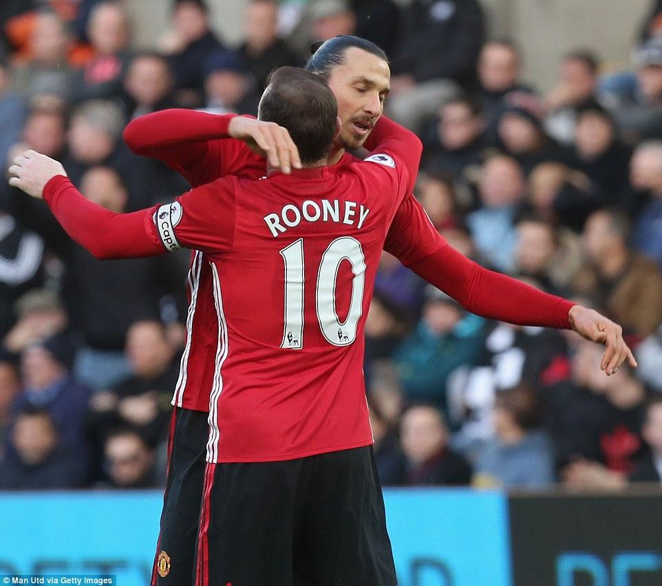 Capitán del Manchester United Wayne Rooney da un abrazo de celebración Ibrahimovic después de que el ex jugador del PSG anotó su segundo