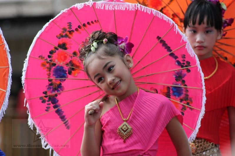 Красивая тайская девочка на костюмированном параде. Фото